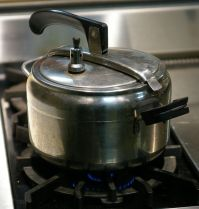 569px-Pressure_cooker_oval_lid